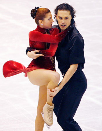 Яна Хохлова и Сергей Новицкий (Россия)  исполняют обязательный танец. Фото: TORU YAMANAKA/AFP/Getty Images