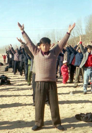 Весна 1998 г. посёлок Еден уезда Мэнинь провинции Шаньдун. Коллективная практика последователей Фалуньгун. Фото с minghui.org
