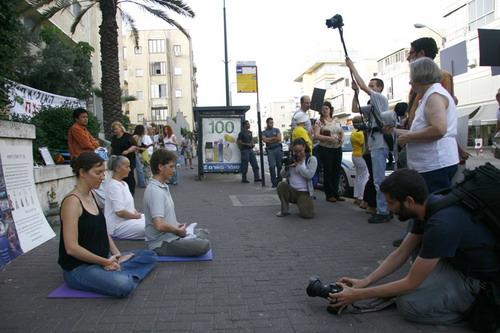 Демонстрація вправ цігун, за які переслідують практикуючих Фалуньгун у Китаї. Фото: Тіква Махабад/Тhe Epoch Times