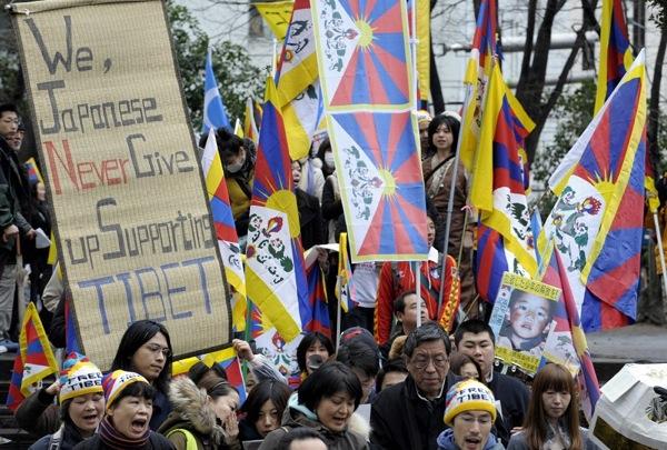 Акция в поддержку тибетцев прошла 14 марта 2009 в Японии. Фото: TOSHIFUMI KITAMURA/AFP/Getty Images
