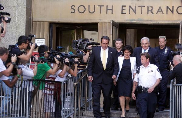 Экс-глава Международного валютного фонда Доминик Стросс-Кан и его жена Энн Синклер вышли из Верховного суда штата Нью-Йорк 1 июля 2011 года. Стросс-Кана сегодня освободили из под домашнего ареста. Don Emmert / Getty Images