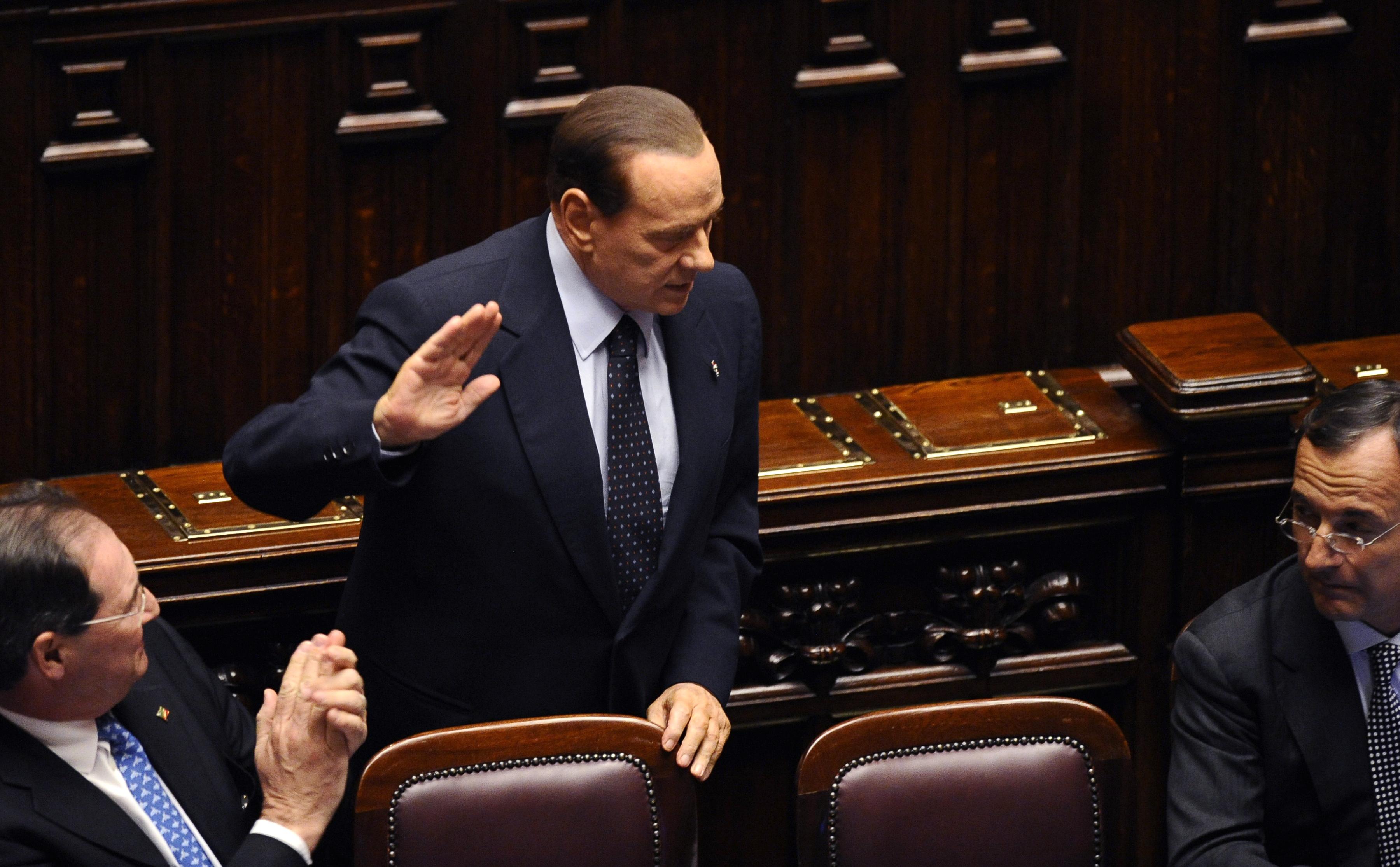 Премьер-министр Италии Сильвио Берлускони принимает аплодисменты, когда он прибыл на сессию, чтобы принять меры, которые он обещал Европейскому Союзу. 12 ноября 2011 года, парламент, Рим. В тот же день он ушел в отставку. Фото: Filippo Monteforte/Getty Im