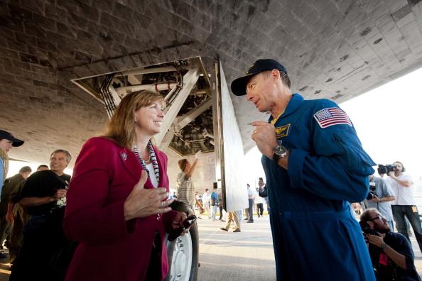 Командир Крістофер Фергюсон і заступник глави НАСА Лорі Гарвер розмовляють біля шаттла «Атлантіс». Фото: Bill Ingalls/NASA via Getty Images