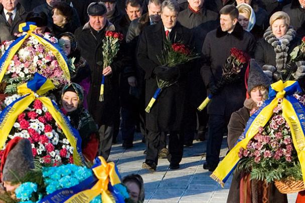 Президент України Віктор Ющенко поклав квіти до пам'ятників Тарасові Шевченку та Михайлові Грушевському. (Фото: Офіційний сайт Президента України)