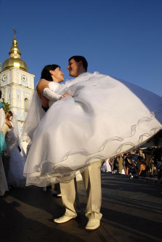 Молодые взяли на себя ответственность супружеской жизни. Фото: Владимир Бородин/Великая Эпоха