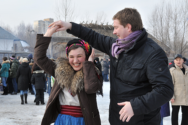 Хлопець з дівчиною танцюють на святкуванні Колодія в Мамаєвій слободі. Фото: Володимир Бородін / The Epoch Times Україна