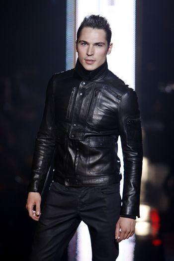 Коллекция мужкой одежды осень 2008, представленная 2 февраля на неделе моды Mercedes-Benzв в Нью-Йорке. Фото: Frazer Harrison/Getty Images