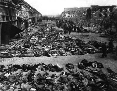 Апрель 1945года, подготовка к захоронению трупов заключённых берлинского нацистского концлагеря.