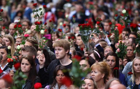 Осло, Норвегия, 25 июля. Тысячи людей в столице Норвегии и за ее пределами чтят память и скорбят о 76 жертвах террора 22 июля 2011. Фото: Jonathan Nackstrand/Getty Images