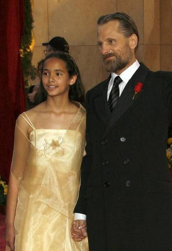 Актер Вигго Мортенсен младший Viggo Mortensen (R) и его племянница Сидни (Sydney) посетили церемонию вручения Премии 'Оскар' в Голливуде Фото: Vince Bucci/Getty Images