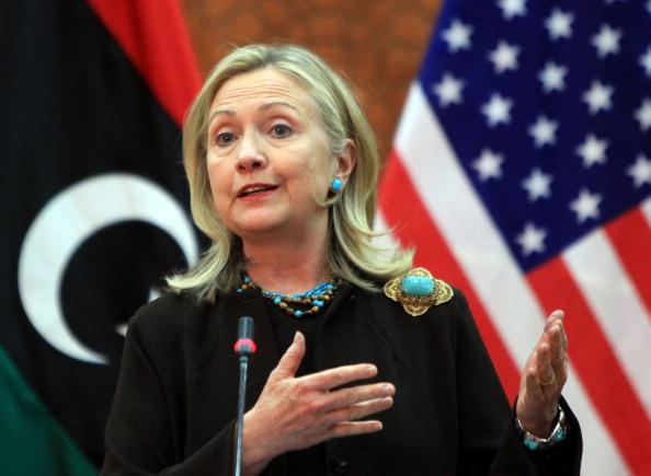 Государственный секретарь США Хиллари Клинтон выступает на совместной пресс-конференции с ливийским премьер-министром НПС Махмудом Джибрилем в Триполи 18 октября 2011 года. Фото: Mahmud Turkia/Getty Images