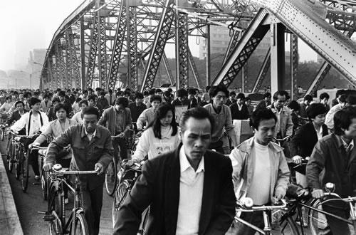 Люди едут на работу. Город Гуанчжоу провинции гуандун. 1986 год. Фото: An Ge
