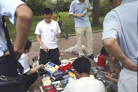 Окончившие учебу студенты Пекинского Университета продают свои учебники. Фото: Getty Images