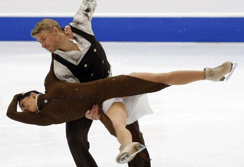 Изабель Делобель и Оливье Шонфельдер (Франция) исполняют произвольный танец. Фото: DAMIEN MEYER/AFP/Getty Images