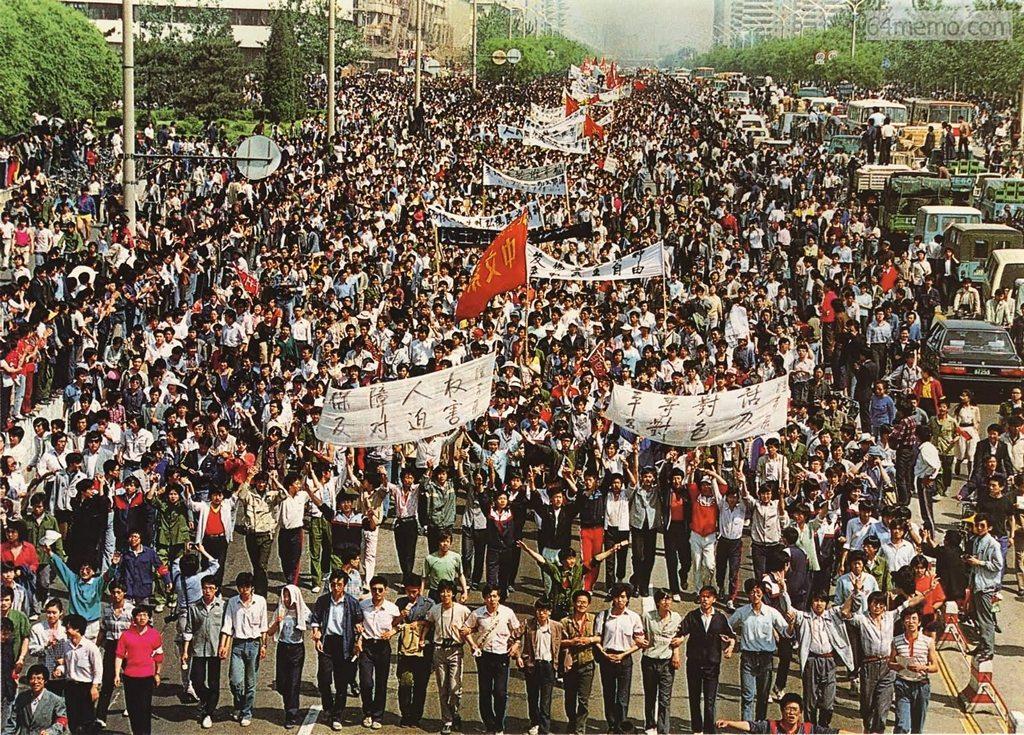 4 травня 1989 р. Близько семи тисяч студентів пекінського педагогічного університету демонстрацією рухаються у бік площі Тяньаньмень. Фото: 64memo.com