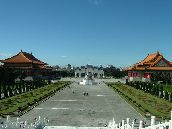 Справа от мемориала Чан Кайши (посередине) расположен Государственный концертный зал, а слева – Государственный театр. Фото: The Epoch Times