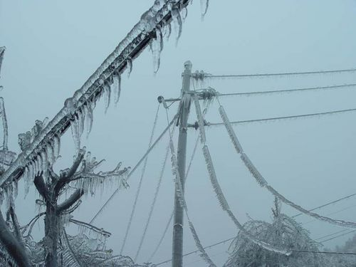 Город Гуйян провинции Гуйчжоу. Обледенелые электровышки и провода электропередач. Фото с сайта epochtimes.com