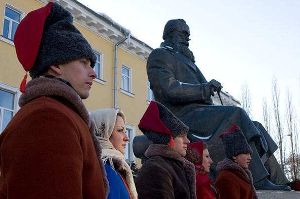 У Києві відбулась церемонія покладання квітів до пам'ятника М. Грушевському. (Фото: Офіційний сайт Президента України)