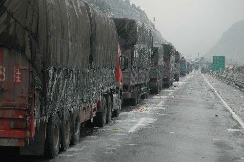 Через сильні снігопади з дощем, на дорогах утворюються багатокілометрові пробки. Фото з secretchina.com