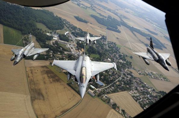 Над столицею Франції на честь свята в небі влаштували видовищне авіа-шоу. Франція, площа Згоди, 14 липня 2011 року. Фото: Getty Images