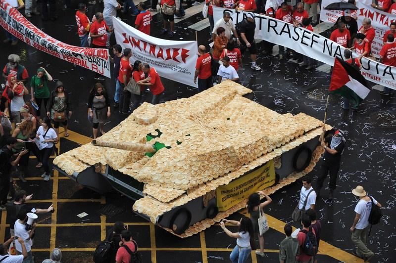 Рио-де-Жанейро, Бразилия, 20 июня. Покрытый хлебными лепёшками макет танка как символ прекращения войны на «Марше миллионов», который состоялся во время конференции ООН «Рио+20». Фото: VANDERLEI ALMEIDA/AFP/Getty Images