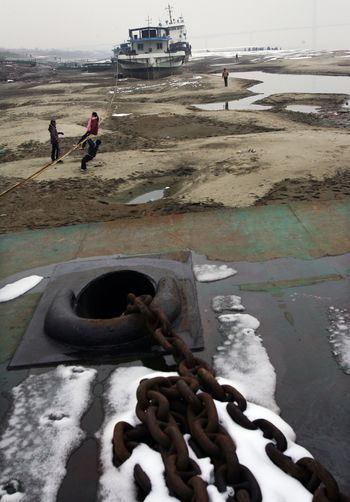 17 січня 2008 р. У річці Янцзи спостерігається найнижчий рівень води з моменту початку вимірів (1866 р.). Фото: China Photos/Getty Images