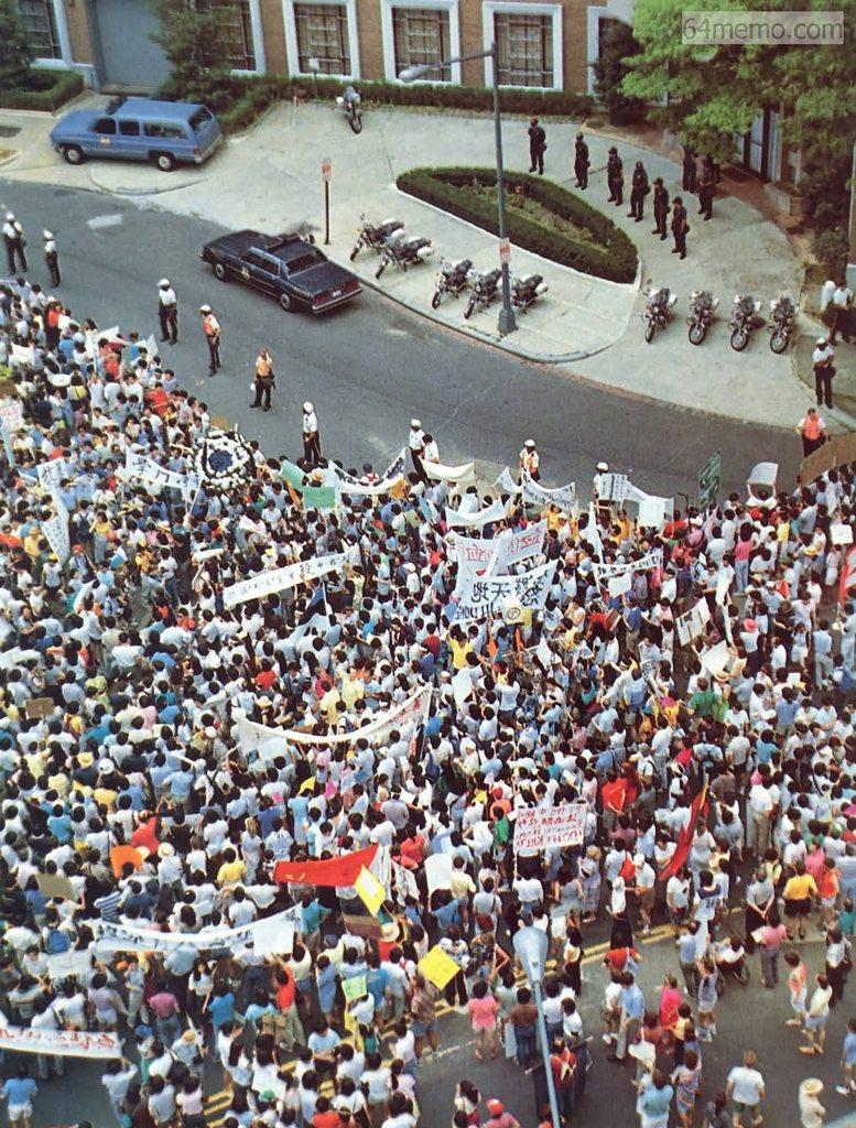 4 червня 1989 р. У Вашингтоні напроти китайського посольства пройшла масова акція протесту проти кривавої бійні в Пекіні. Фото: 64memo.com