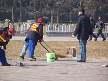 Прибиральники змивають кров. Фото: Minghui Net