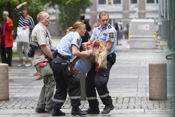 Два теракти потрясли Норвегію в п'ятницю, 22 липня. Перший відбувся в урядовому кварталі Осло, де вибухнула бомба. В результаті 11 людей загинуло, 20 поранені. Фото: Thomas Winje Oijord/Getty Images