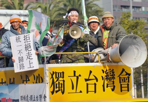 Багатотисячними акціями протесту зустріли на острові главу урядового відділу КНР зі зв'язків з Тайванем Ченя Юньлінь. 21 грудня комуністичний чиновник з делегацією прибув на острів для проведення четвертого раунду переговорів. Акції протесту, в яких за рі
