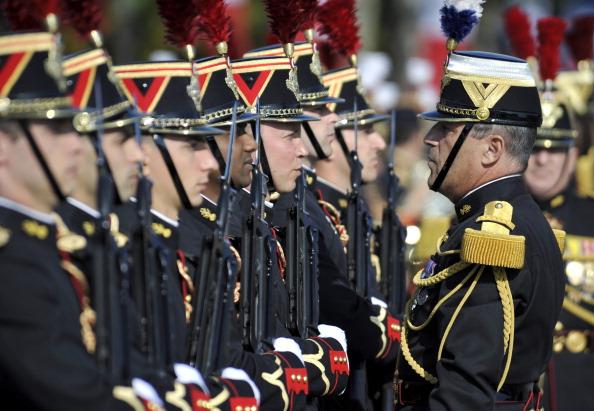 Французские солдаты пехотного полка Республиканской гвардии слушают команду офицера во время ежегодного дня взятия Бастилии, в параде на Елисейских полях в Париже 14 июля 2011 года. Фото: Getty Images