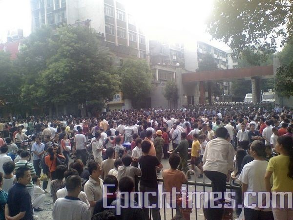 Несколько тысяч обманутых вкладчиков требуют от властей решения их проблемы. 25 сентября. Город Цзишоу провинция Хунань. Фото: The Epoch Times