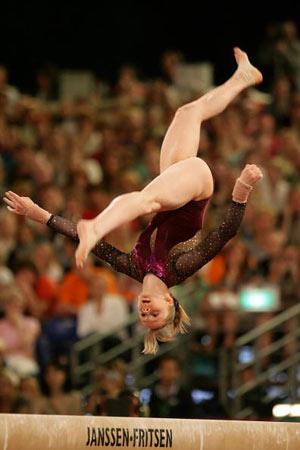 Амстердам, НІДЕРЛАНДИ: СSandra Izbasa з Румунії виступає під час чемпіонату Європи із спортивної гімнастики. Фото ARIS MESSINIS/AFP/Getty Images