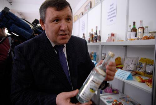 Работник Госпотребстандарта рассказывает про поддельную водку. Фото: Владимир Бородин/Великая Эпоха