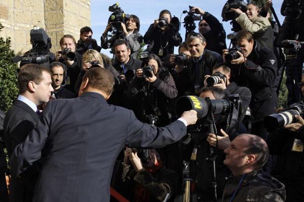 Президент РФ Дмитро Медведєв (ліворуч) та Прем'єр-міністр Італії Сільвіо Берлусконі (праворуч) спілкуються з фоторепортерами на віллі Мадама в Римі. Фото: DMITRY ASTAKHOV / AFP / Getty Images