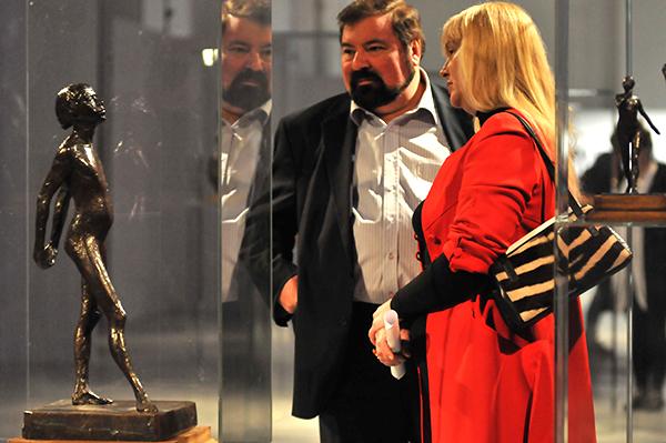 Чоловік та жінка розглядають скульптуру Едгара Дега на Великому скульптурному салоні в Києві 17 лютого 2011 року. Фото: Володимир Бородін / The Epoch Times Україна