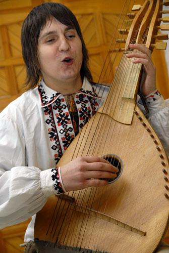 Микола Плекан грає на турбані. Фото: Володимир Бородін/Велика Епоха