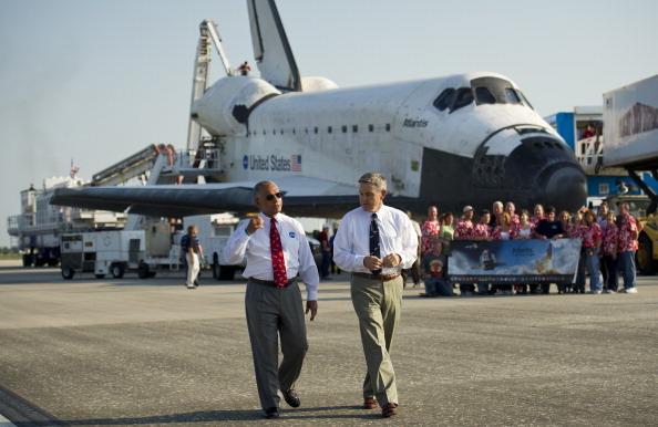 Глава НАСА Чарльз Болден (ліворуч) і директор Космічного центру ім. Кеннеді Роберт Кабана. Фото: Bill Ingalls/NASA via Getty Images