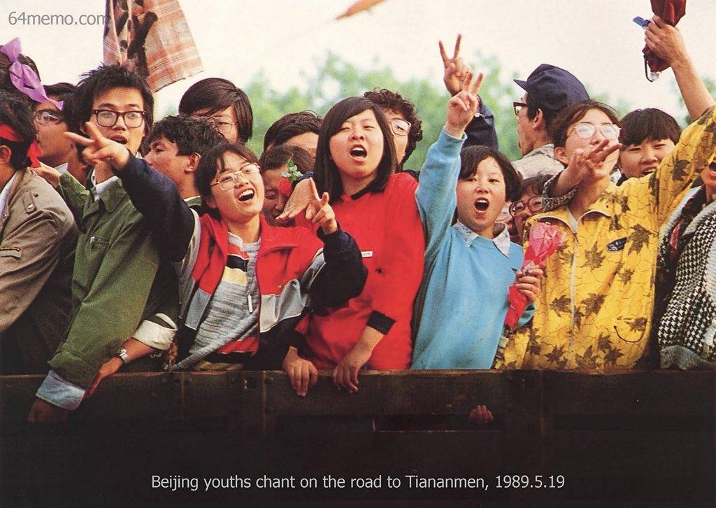 19 мая 1989 г. Студенты воодушевляют и поддерживают друг друга. Фото: 64memo.com