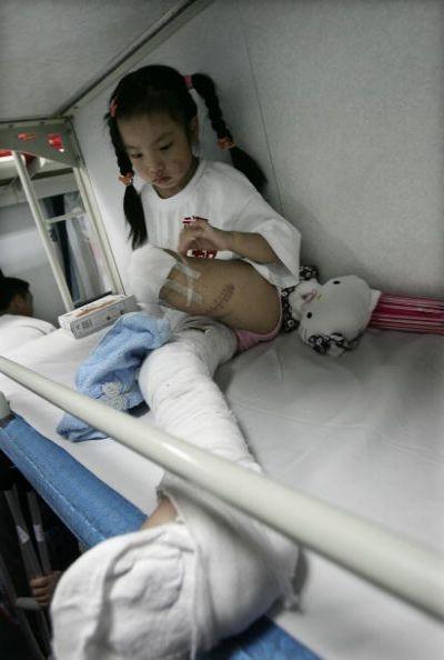 Жители пострадавших районов провинции Сычуань через 2 месяца после землетрясения. Фото: China Photos/Getty Images
