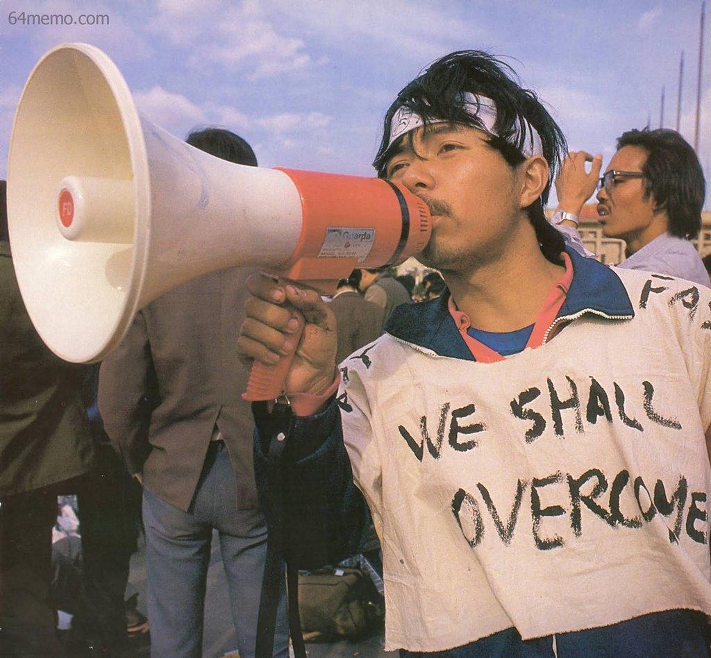 16 мая 1989 г. Студент кафедры биологии пекинского университета Пэн Жун, который ранее уже организовывал студенческие демонстрации. Ослабевший после длительной голодовки, он еле держит рупор. На его одежде надпись «Мы победим». Фото: 64memo.com