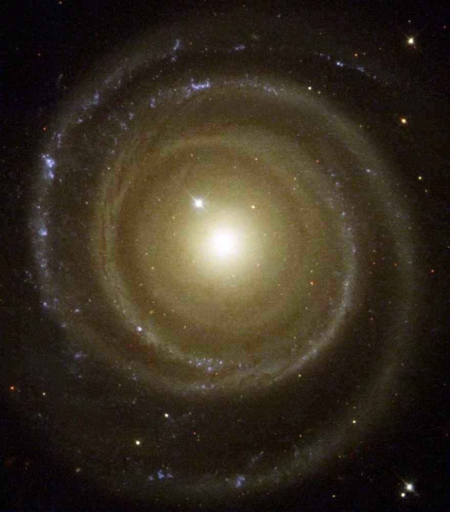 Галактика, що обертається проти руху годинниковоъ стрілки. (NASA)
