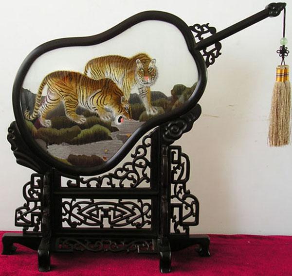 Двусторонняя вышивка. Фото: elitesilkarts.com