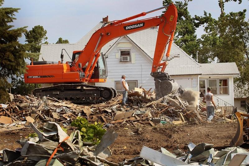 Для прибирання сміття використовується важка техніка. Фото: Scott Olson/Getty Images