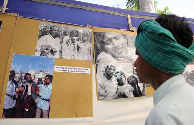 Чоловік, який залишився живим після після вибуху, що стався 25 років тому на заводі з виробництва пестицидів у місті Бхопал (Індіїя) переглядає фотовиставку присвячену цій трагедії. Вважається, що це одна з найгірших промислових аварій у світі. Фото: IND