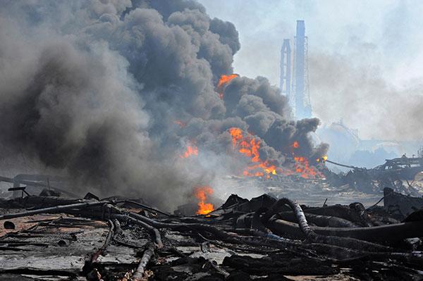 Дым от пожара бушующего в порту в Tagajo, префектуры Мияги 13 марта 2011. (KIM JAE-HWAN/AFP/Getty Images)