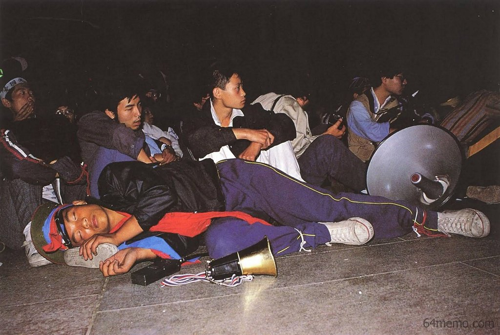 26 мая 1989 г. Главный студенческого патруля, студент института физкультуры Чжан Цзянь, уставший после танцев на концерте, заснул прямо на сцене. В его теле до сих пор находится пуля, попавшая в него во время подавления демонстрации. Фото: 64memo.com