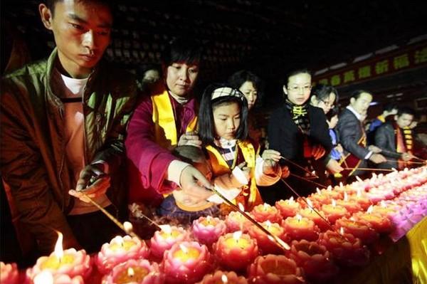 Новогодние возжигания благовоний в храме Наньшань. Город Санья провинции Хайнань. 2 февраля 2011 год. Фото с epochtimes.com