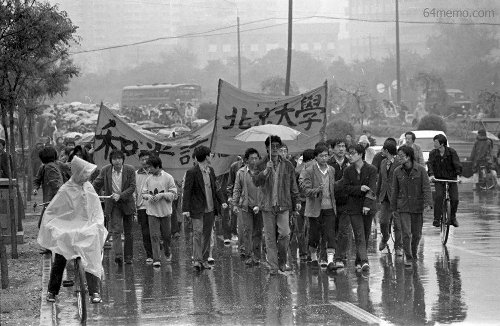 20 апреля 1989 г. Первая демонстрация студентов пекинского университета, выражающих протест по поводу разгона акции студентов 19 апреля. Фото: 64memo.com