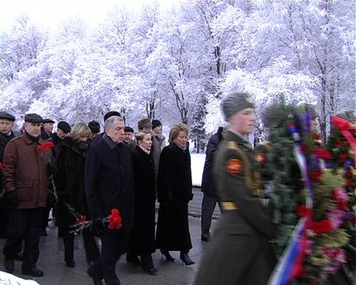 Процессия направляется к вечному огню на Пискаревском кладбище. 27 января 2008 года. Фото: Вячеслав Козлов